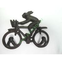 Wieszak żeliwny z królikiem na rowerze